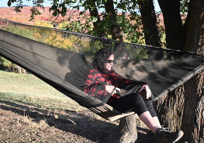 securing the bug net drawstring in a Onewind double camping hammock